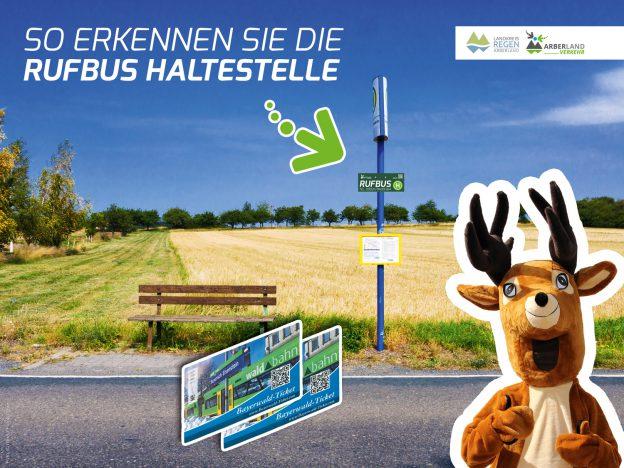 Foto: Das Arberland Verkehr Maskottchen zeigt die neuen Rufbushaltestellen mit den passenden Haltestellenschildern. © rdnzl / Fotolia.com