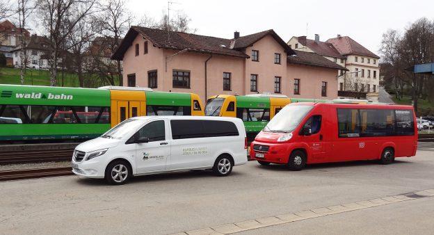 Stadtbus, Waldbahn und Rufbus am Viechtacher Bahnhof. Foto: © Brunner/Landratsamt Regen