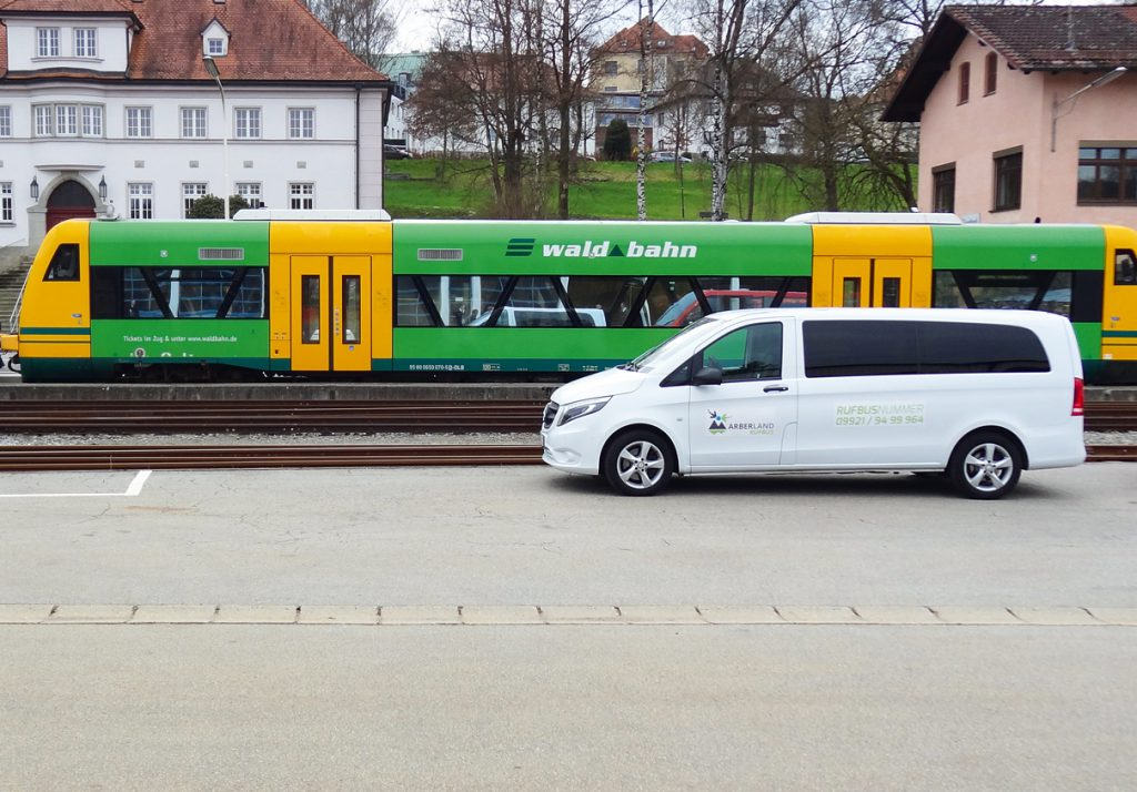 Der Rufbus wartet auf die Waldbahn. Foto: Landkreis Regen, Brunner