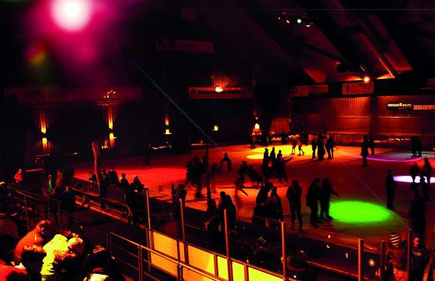 Foto eines Disco-Eislauf Samstages in der Eishalle Regen. Foto: Arberland Betriebs gGmbH