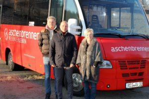 Bild zeigt Aschenbrenner Busunternehmen mit Landrätin Rita Röhrl und ÖPNV-Sachbearbeiter Manfred Jakob.