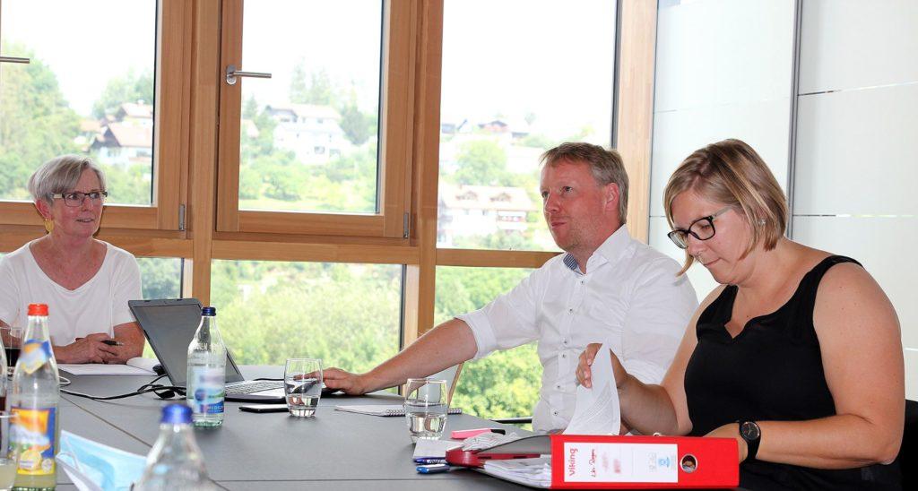 Landrätin Rita Röhrl (li.) mit den Planern Timo Barwisch und Anja Witzel. Foto: Langer/Landkreis Regen